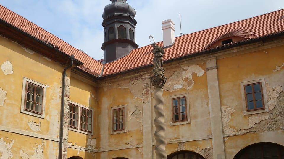 Säule mit einer Statue der Maria Immaculata im Klosterhof | Foto: Martina Schneibergová,  Radio Prague International