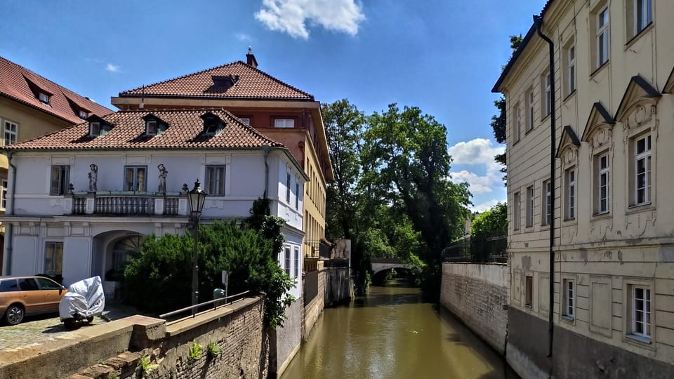 Hummel-Haus  (links) und Metych-Palais  (rechts) am Teufelsbach  (Foto: Magdalena Hrozínková)