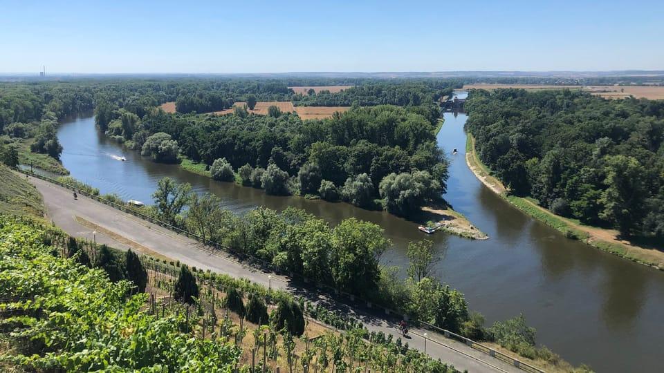 Zusammenflüsse von Elbe und Moldau  (ganz links) und von Elbe und Moldau-Schiffahrtskanal Vraňany–Hořín  (rechts). Foto: Ivana Vonderková