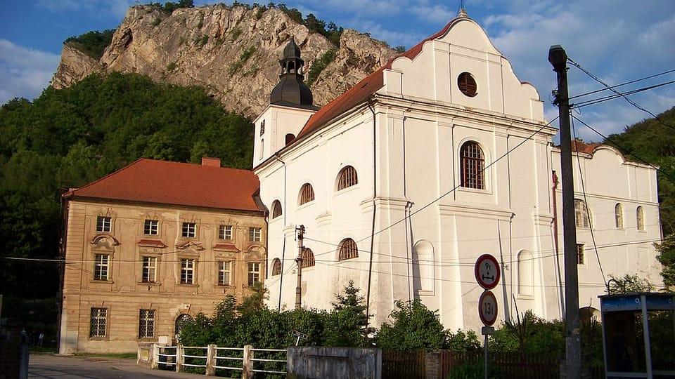 Wallfahrtsort St. Johann unter dem Felsen mit der Kirche des hl. Johannes des Täufers,  der Höhlenkirche und der Höhle des hl. Iwan  (Foto: ŠJů,  CC BY-SA 3.0)