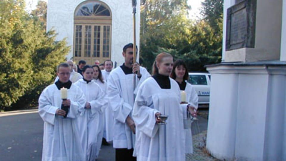 Vor der St. Laurenzius-Kirche