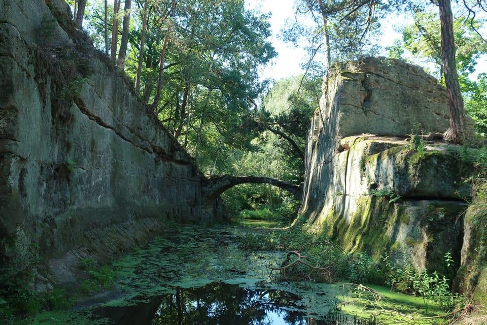 Steinbogenbrücke am Dammteich  (Hrázský rybník). Foto: Štěpánka Budková