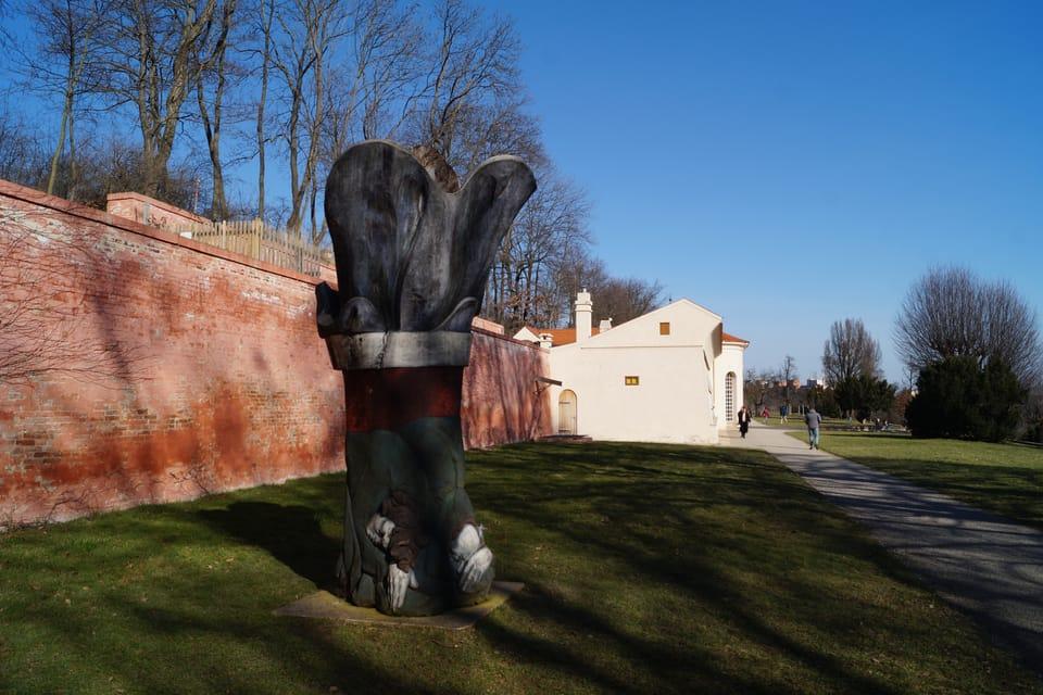 """Skulptur """"Über Getsemani"""" und Orangerie  (Foto: Archiv Radio Prague Int.)"""